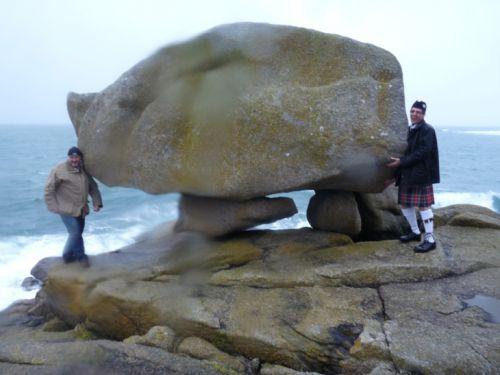 Thierry et Reun à la pointe de Pors Goret à Lampaul-Plouarzel essayant de soulever le rocher du