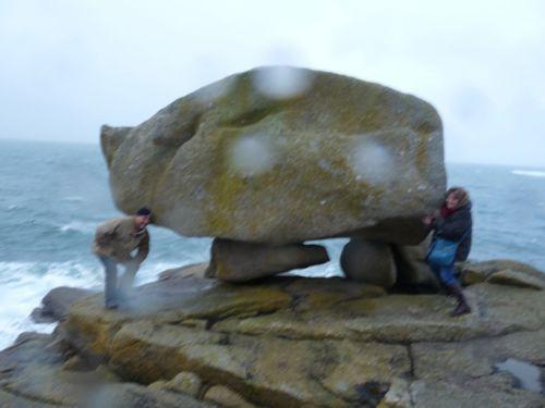 Anne et Thierry à la pointe de Pors Goret à Lampaul-Plouarzel essayant de soulever le rocher du
