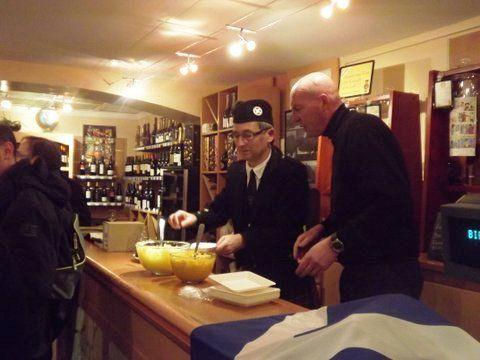 Roland et le représentant de la maison BOYER à servir le Haggis