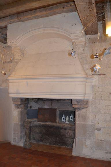 La cheminée dans la grande salle du restaurant