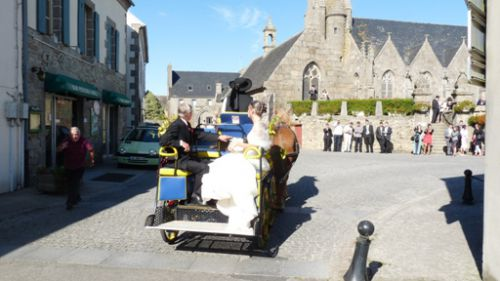 Marine and her Dad arriving at the church of Plouarzel in the barouche