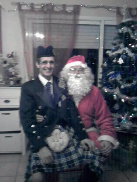 Reun JEZEGOU (en kilt) et le Père Noël