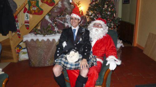 Reun JEZEGOU (en kilt) sur les genoux du Père Noël
