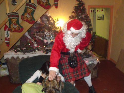 Le père Noël en kilt bien les animaux