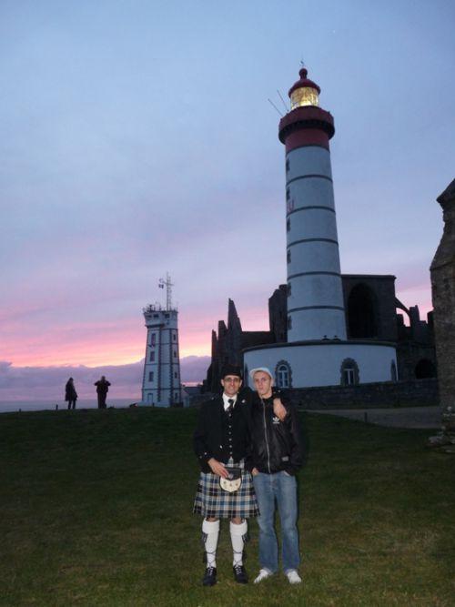 Reun Junior & Reun JEZEGOU devant le phare de Saint Mathieu en Plougonvelin (29)