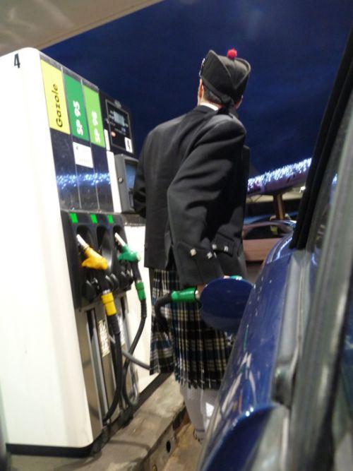 Reun JEZEGOU en kilt à Plougonvelin (29) faisant le plein de carburant de sa voiture