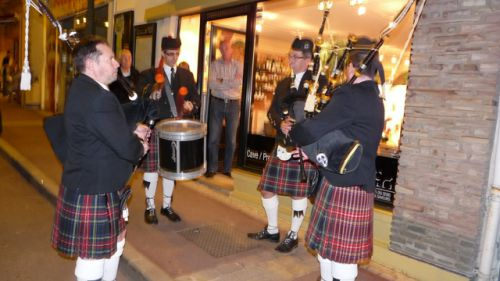 Animation devant le Magasin par Askol Ha Brug Pipe Band