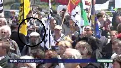 Moi au milieu de la foule au information France 3 à la manifestation 44=Breizh