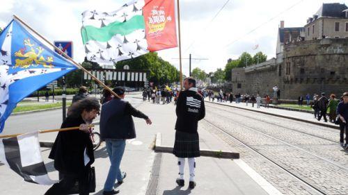 Big moustaches (avec le drapeau Bro-San-Brieg) Didier (avec le drapeau Bro-Naoned) devant le chateau des Ducs de Bretagne à la manifestation 44=Breizh
