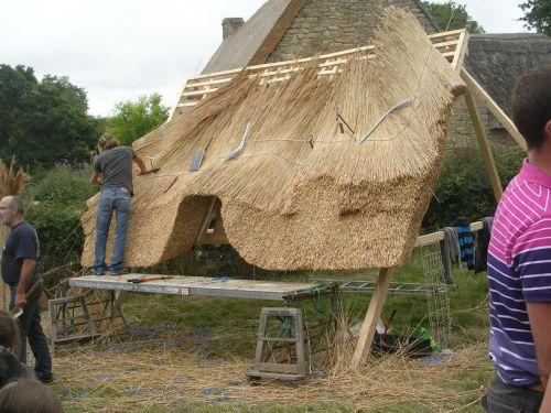 Démonstration de fabrication d'un toit de chaume