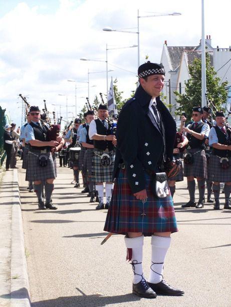 Cyril BENON & Isle Of Cumbrea Pipe Band au défilé de l'Interceltique à Lorient