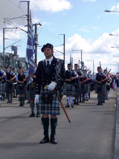 Stephen Mac GORIAU & Isle Of Cumbrea Pipe Band au défilé de l'Interceltique à Lorient