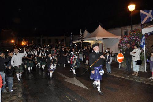 La KSF (Kilt Society de France) entourant les pipes band avec leurs flambeaux