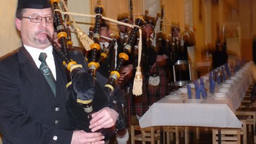 The arrival of Askol ha Brug Pipe Band in the refectory