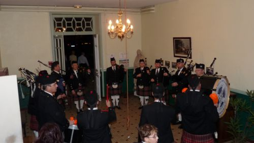 Askol ha Brug Pipe Band at the main entrance
