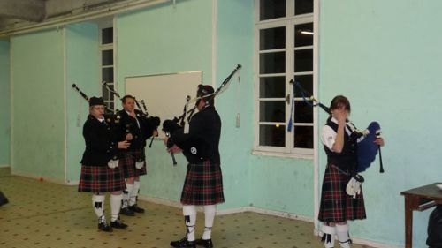 Askol ha Brug Pipe Band to warming up