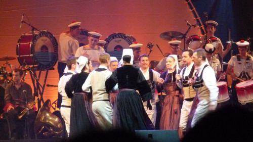 Le bagad de Lann Bihoué et le cercle de danse du Croisty