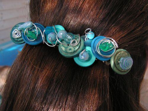 n°88: barrette en boutons  turquoises et bleus