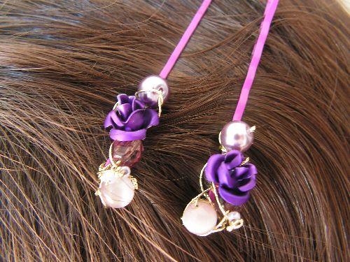 n°135 : petites barrettes  en métal de couleur , fil de cuivre , perles et roses violines en métal : 5 euros la paire(modèle unique ,non disponible, possibilité de le décliner en d'autres  coloris)