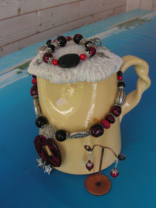 n°283 : parure en pâte polymère , perles métal et pierre de lave rouge et noire : 50 euros (sur commande à la couleur de votre choix)