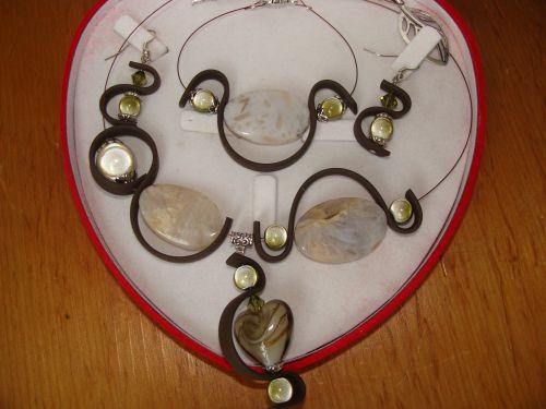 n°507 : Parure en perles de verre,  pierres semi précieuses et sangle de silicone(modèle unique indisponible) sur commande dans la couleur de votre choix: 40 euros (b.o :10 collier : 20 bracelet : 10)