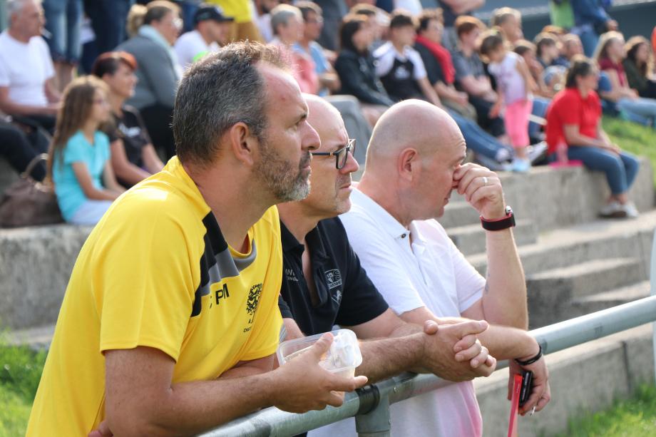 Le coach des jeunes de Châtenois, avec Alain Weingartner et Renaud Mentel, suit attentivement le match des féminines