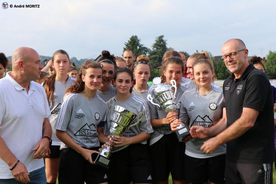 Coupe pour les filles de Rouffach remise par Alain Weingartner, président de l'AS Guewenheim et par Renaud Mentel