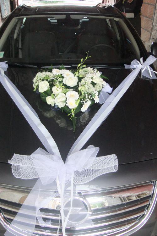 décoration florale de voiture avec coeur de fleurs