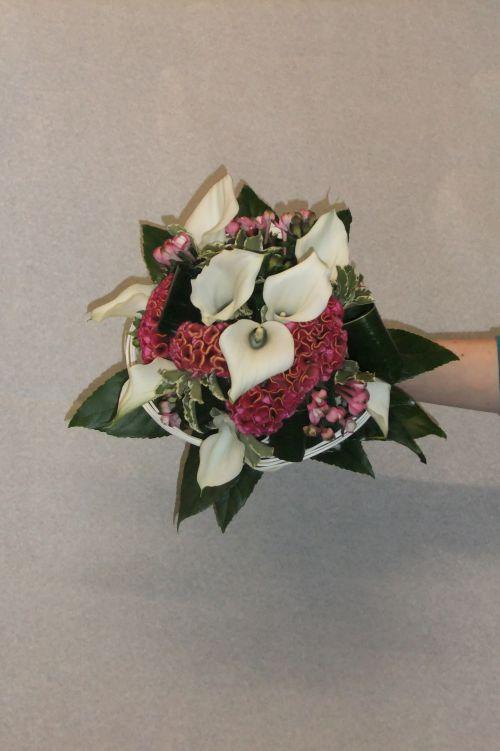Bouquet de mariée  rond bouvardia ,crete de coq, arum