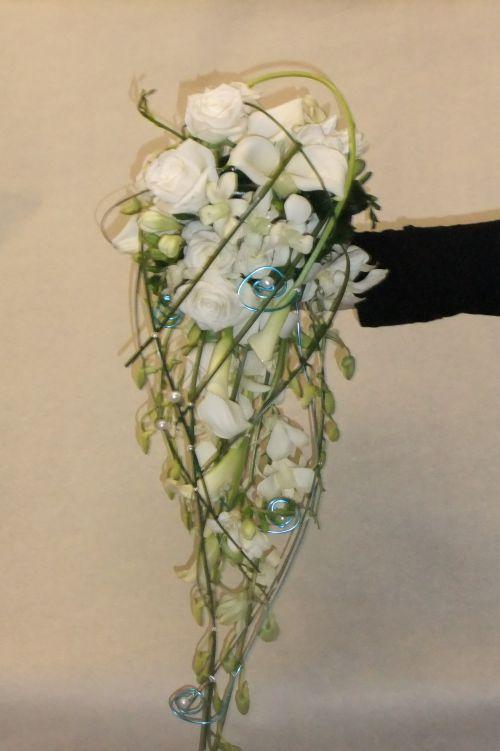 Bouquet de mariée en jettée roses blanches, orchidée dndrobium, travail de fils laiton