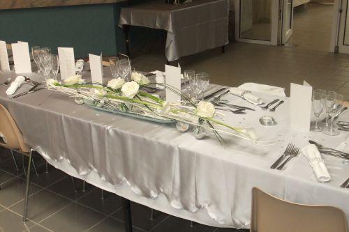 Centre de table des mariés bois flotté bulles de verre et roses blanches