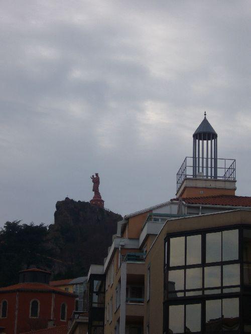 Le Puy, à l'arrière plan statue de Notre Dame de France sur un dyke (pic volcanique) haut de 130 m