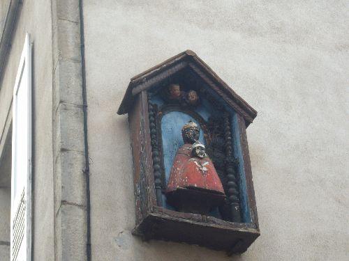 Vierge noire à l'enfant sur le mur d'une maison du Puy en Velay