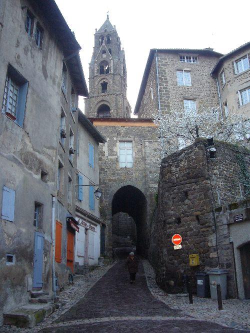 Rue du Puy en Velay pavée de roches volcaniques
