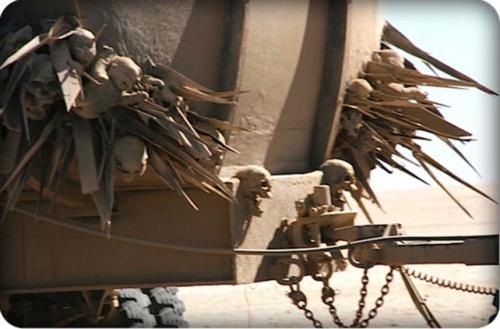 Detail-macabre-d-un-des-vehicules-du-film_portrait_w858.jpg