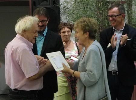 001 Le lauréat André GOUPILLE reçoit le prix du Cercle des Amis de l'Art des mains de Madame la Maire honoraire de Tarnos.jpg