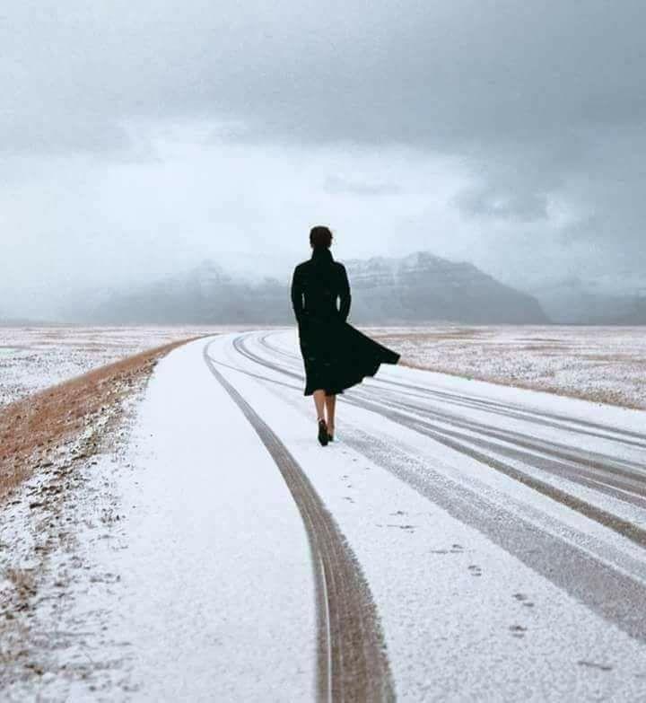 Femme qui marche dans la neige.jpg