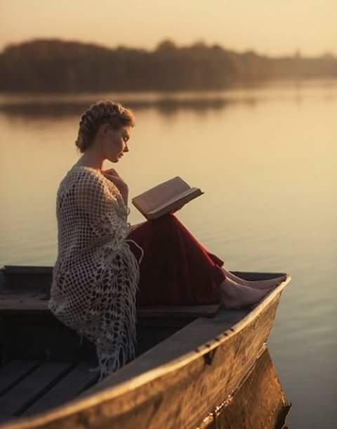 Femme qui lit dans une barque.jpg