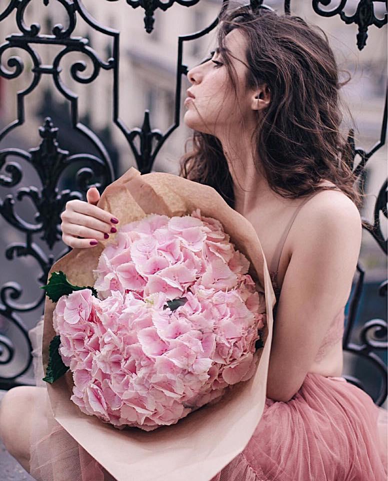 Femme et bouquet de fleurs.jpg