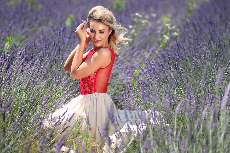 Femme dans champ de lavande.jpg