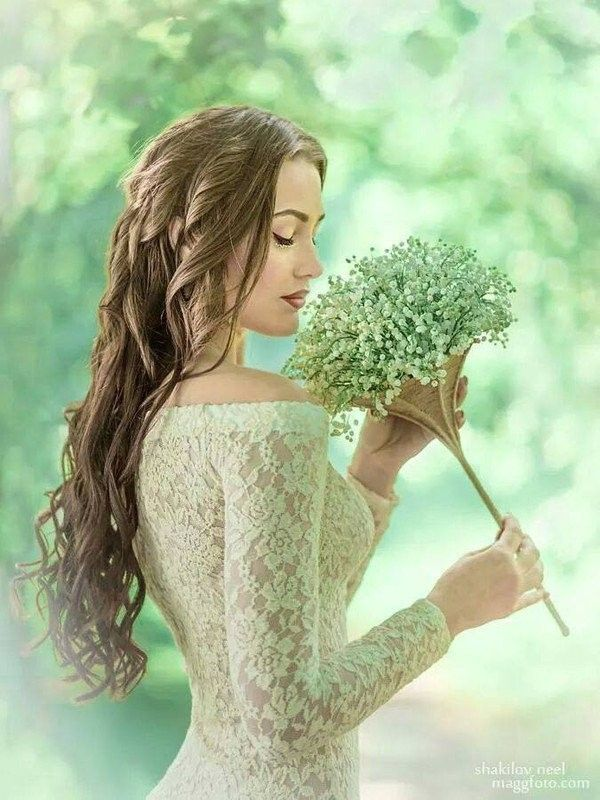 Femme qui respire une fleur 5.jpg