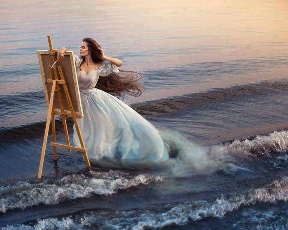 Femme qui peint dans les vagues.jpg