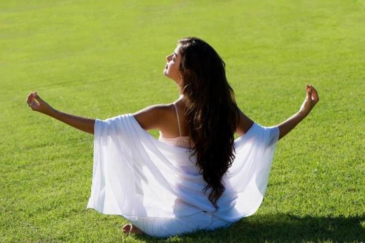 Femme zen sur l'herbe.jpg
