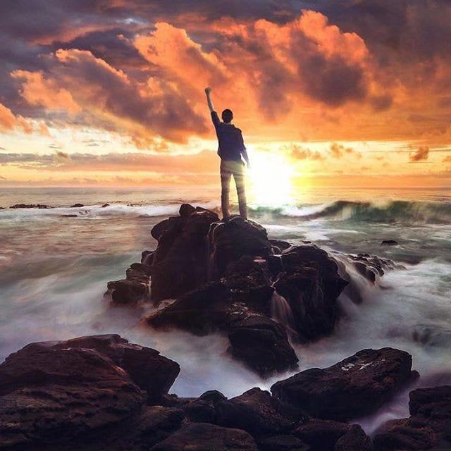Homme sur un rocher.jpg