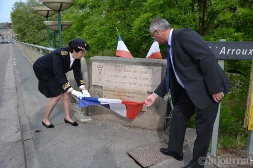 6 la-sous-prefete-et-le-maire-devoilent-la-plaque-guy-lhenry-(clp).jpg