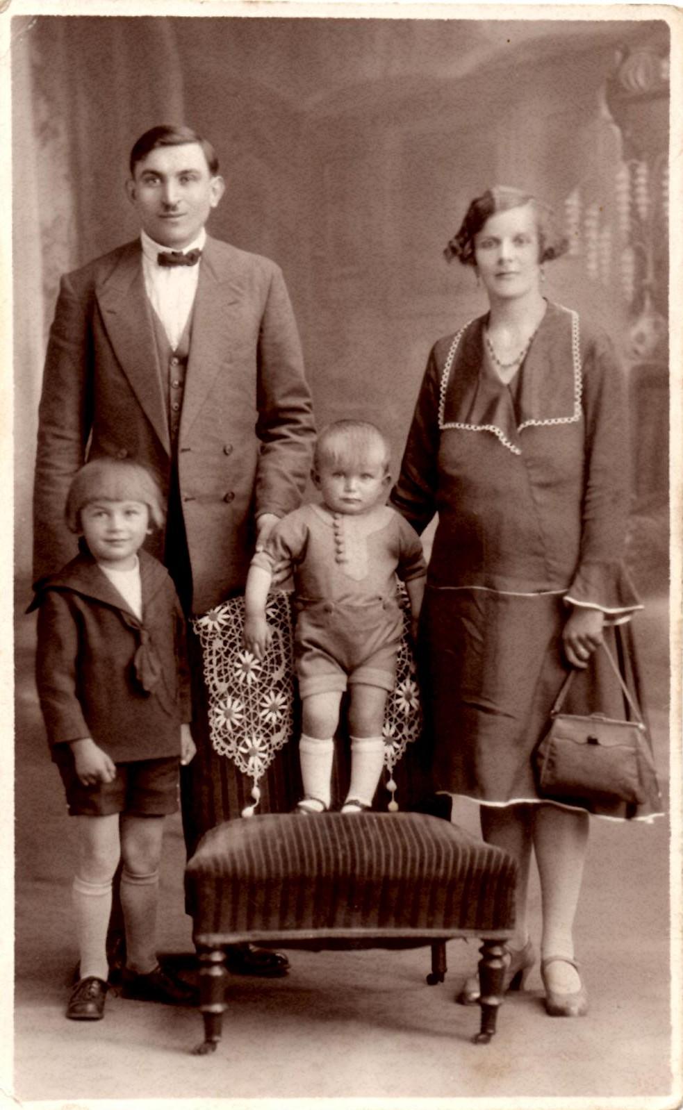 Casimir ses parents et son petit frère Jean 1930-31 Tuileries St Pierre.jpg