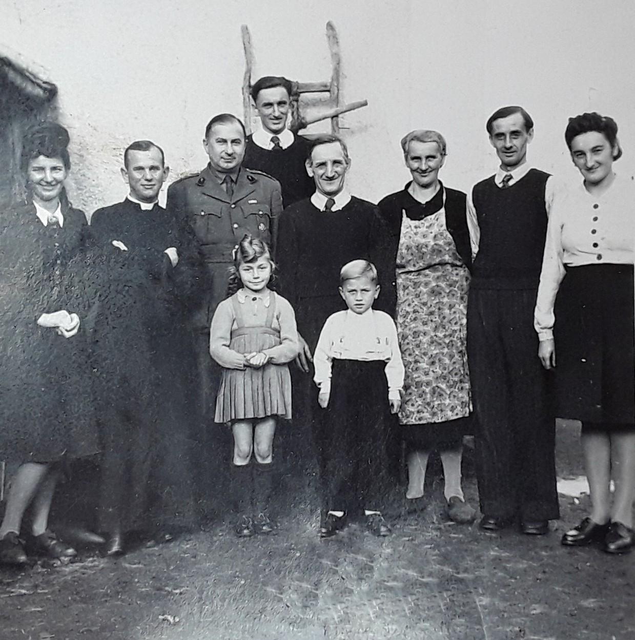 1946-47 Family Stempiewicz  curés Morawski et Sobieski (unif ).jpg