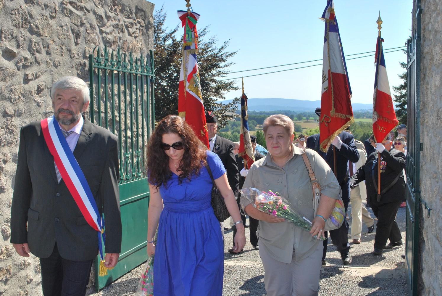 Entrée au cimetière du maire de Poil avec Natalia Khantsevich et Irina Tcherkasova