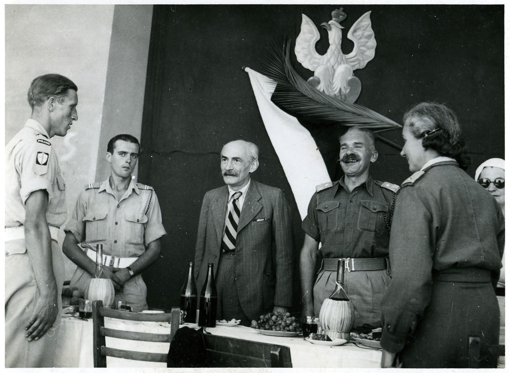 Au centre de formation de sous-officiers de San  Benedetto, commandé par le général Nkodem SULIK  (avec sa femme, sa fille - lieutenant à D - et un délégué du gouvernement de Londres).