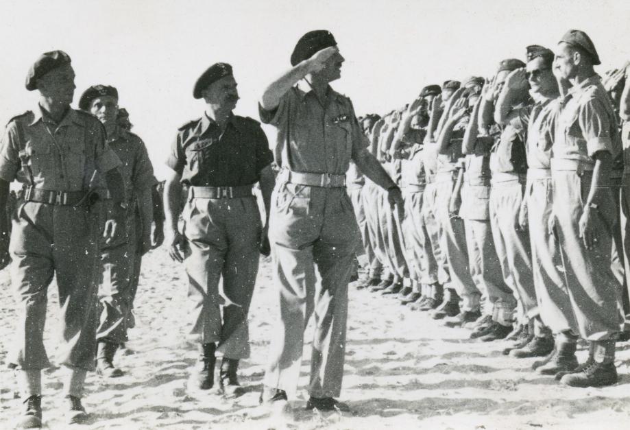 Les généraux Nikodem SULIK et Wladyslaw ANDERS passent en revue les élèves sous-officiers du centre de San-Benedetto.